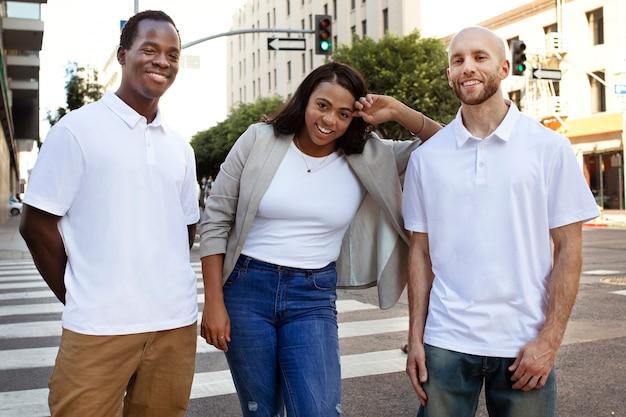 街でぶらぶらして楽しんでいる友人のグループ