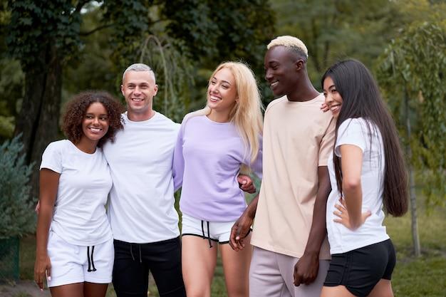 Группа друзей, гуляющих на открытом воздухе