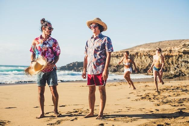 友達のグループがビーチで一緒に楽しんでいます