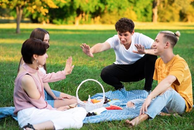 ピクニックを楽しんでいる友達のグループ