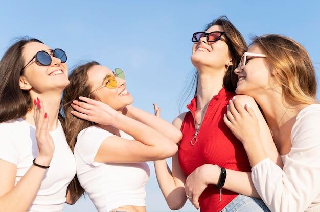 Группа друзей, с удовольствием на пляже