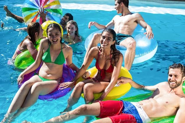 수영장에서 재미 친구의 그룹