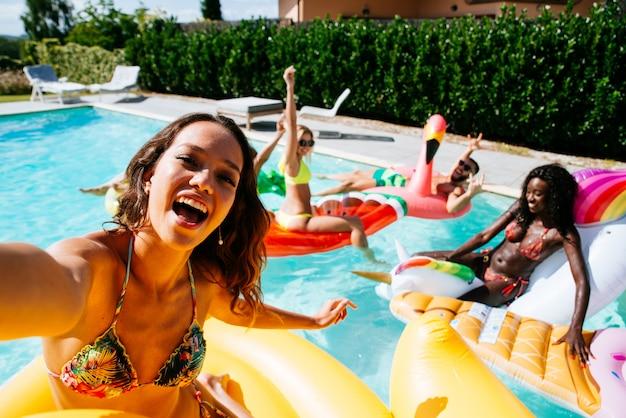 Группа друзей, веселятся в бассейне