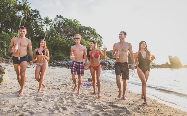 孤独な島のビーチで楽しんでいる友人のグループ