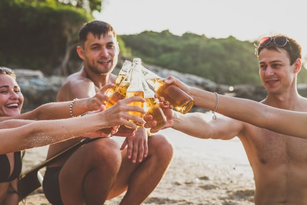 Группа друзей, веселятся на пляже на одиноком острове