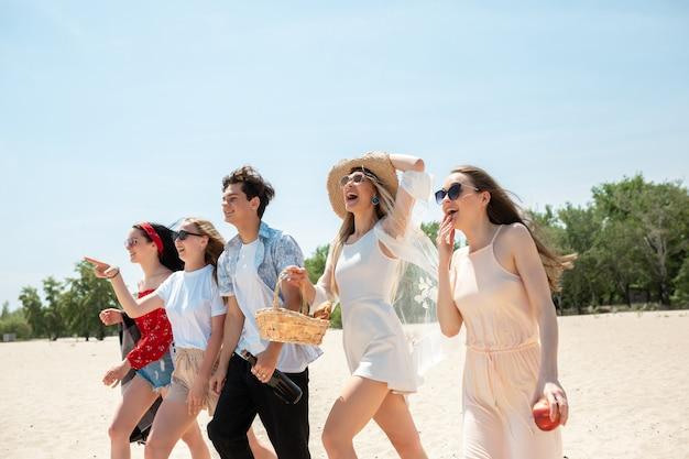 Группа друзей, веселятся на пляже