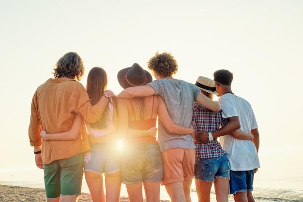 ビーチで楽しんでいる友達のグループ