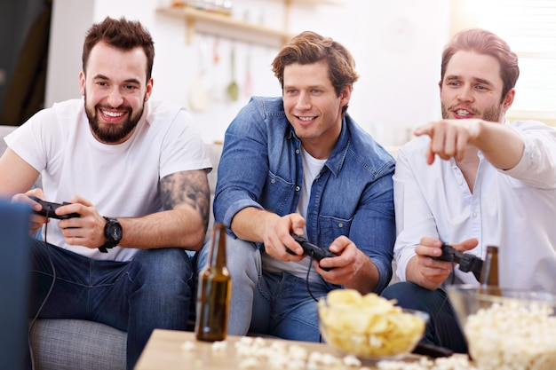 비디오 게임과 함께 소파에 재미 친구의 그룹