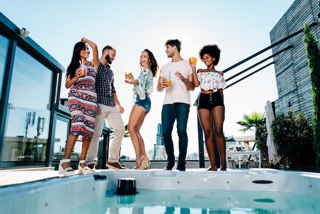 美しいペントハウスの屋上で楽しんでいる友人のグループ