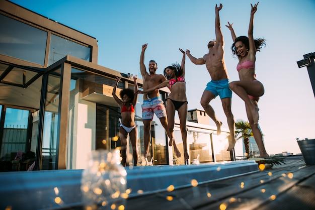 아름다운 펜트 하우스의 옥상에 재미 친구의 그룹