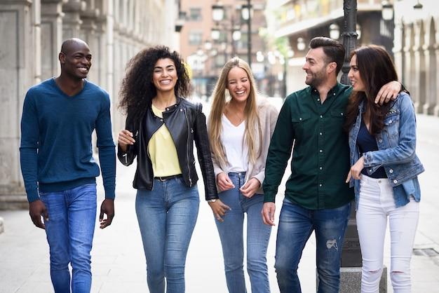 Группа друзей, с удовольствием вместе на открытом воздухе