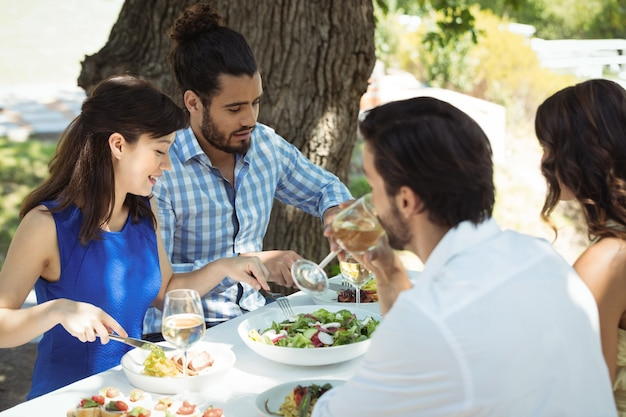 昼食を食べている友人のグループ