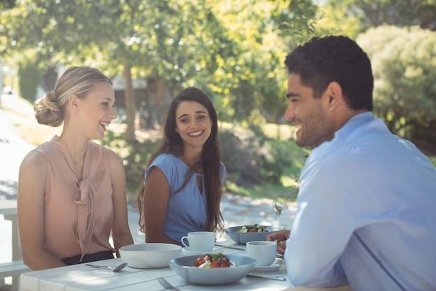 Группа друзей, обедающих