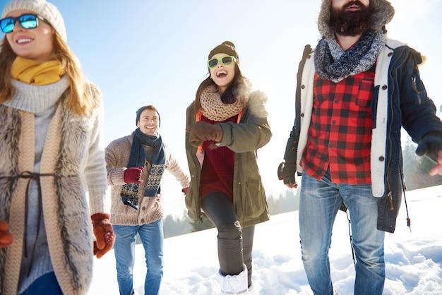 Группа друзей, занимающихся зимними видами спорта