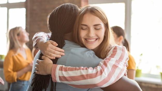 Группа друзей, обнимая друг друга