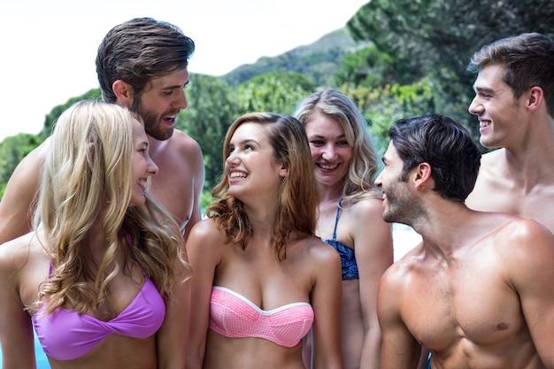 一緒に立っている水着の友達のグループ
