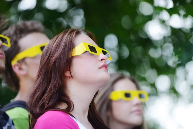 3d 안경을 쓰고 공원에서 친구의 그룹