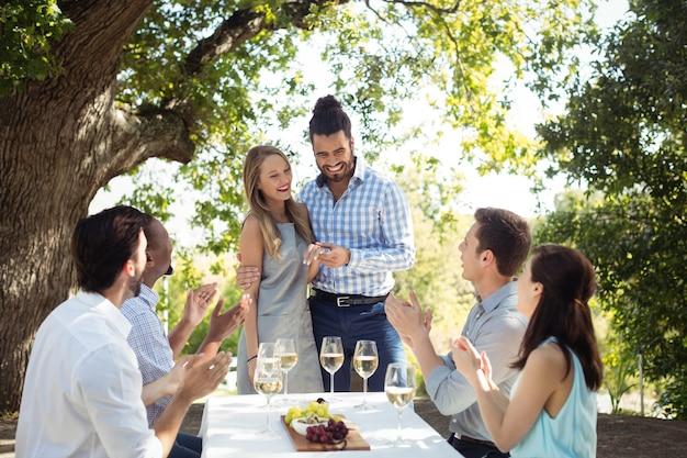 シャンパンを飲みながらお互いに交流する友人のグループ