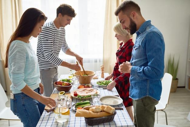 夕食を作る友人のグループ