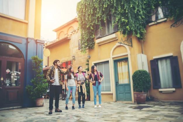 Группа друзей, встречающихся в центре города. веселитесь вместе, гуляя по городу.