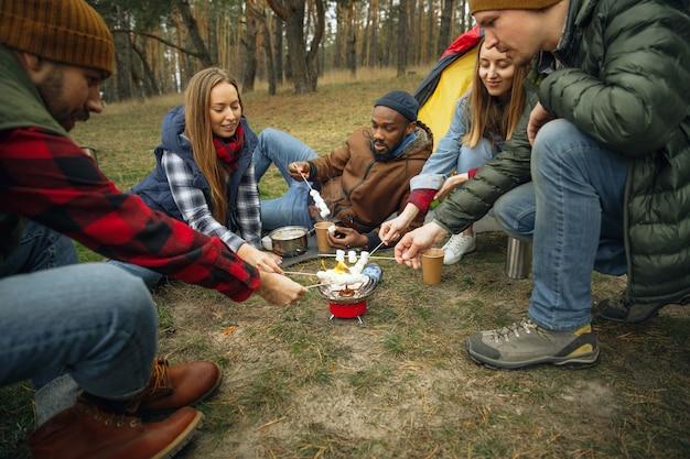 가을날 캠핑이나 하이킹 여행을 하는 친구들