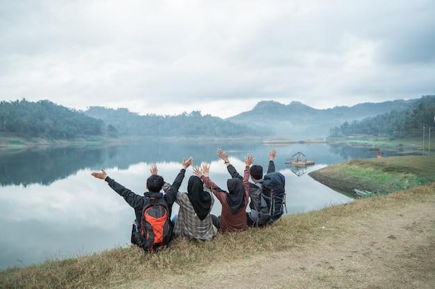 Группа друзей на походы наслаждаться видом на озеро