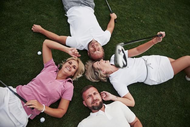 골프 코스에서 친구의 그룹