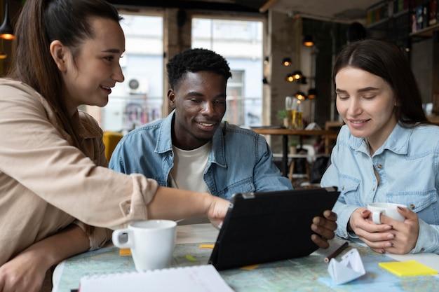Группа друзей, планирующих поездку в кафе