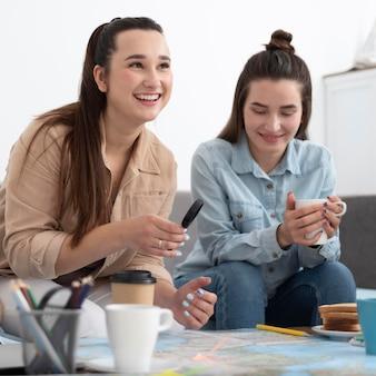 地図で旅行を計画している友人のグループ