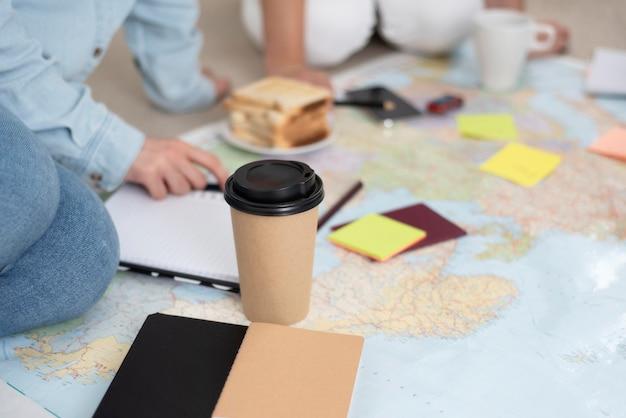 지도와 함께 여행을 계획하는 친구 그룹