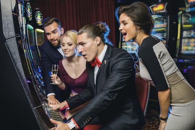 スロットマシンを遊んでいる友人のグループ
