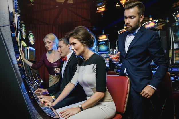 Группа друзей, играющих в игровые автоматы