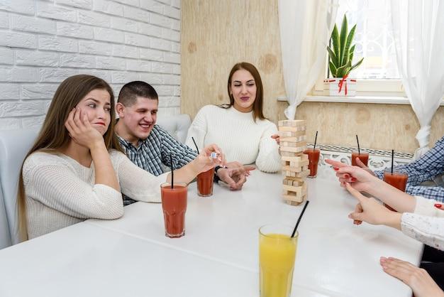 카페에서 타워 게임을하는 친구의 그룹