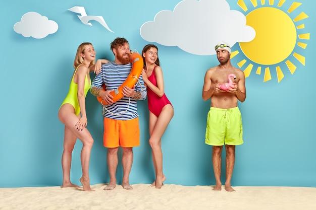 해변에서 포즈를 취하는 친구의 그룹