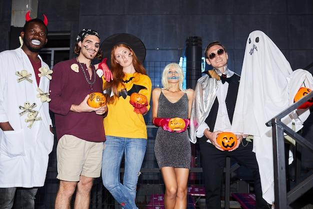 Группа друзей, позирует на хэллоуин