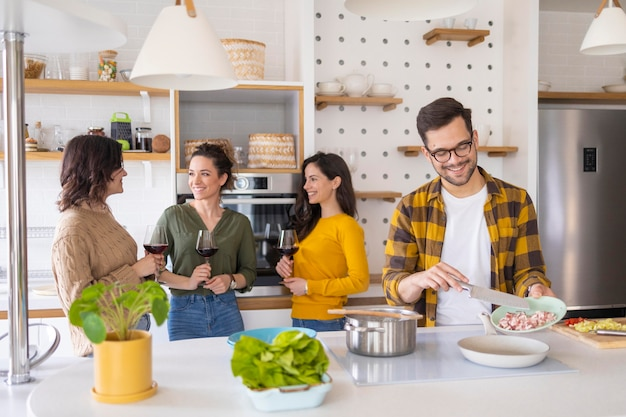 Группа друзей готовит еду на кухне