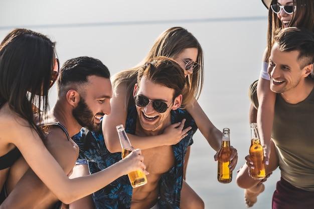 해변에서 휴식을 취하는 친구 그룹
