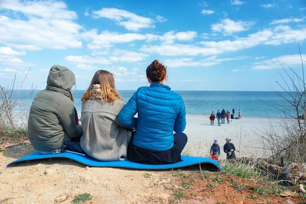Группа друзей отдыхает на побережье