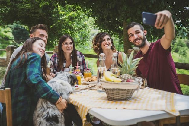 ピクニックをする時間を過ごす友人のグループ