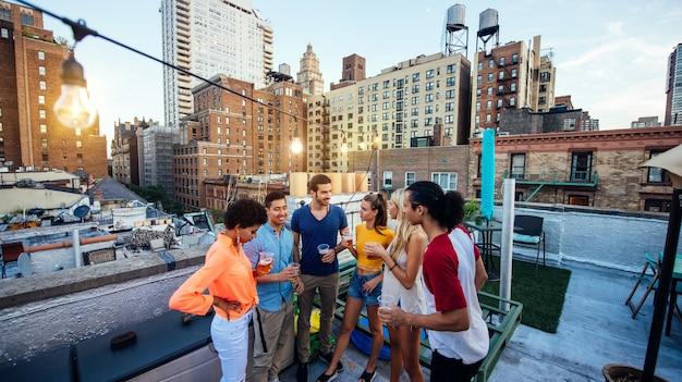 뉴욕시에서 옥상에 함께 시간을 보내고 친구의 그룹, 행복한 사람들과 라이프 스타일 개념