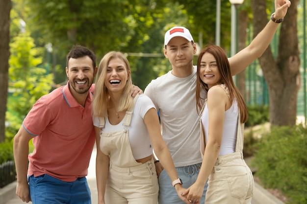 屋外で一緒に時間を過ごす友人のグループ