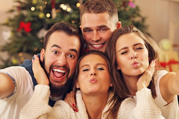 クリスマスの間に自分撮りをしている友人のグループ