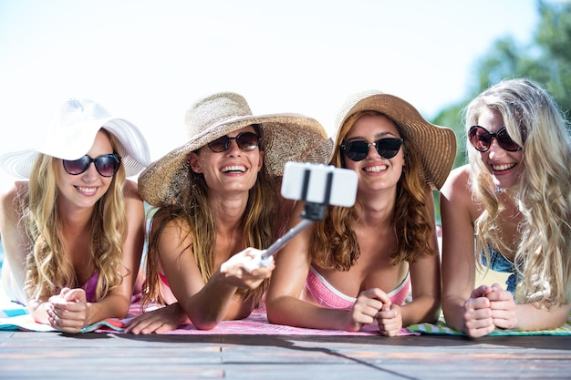 Группа друзей, делающих селфи с палкой для селфи