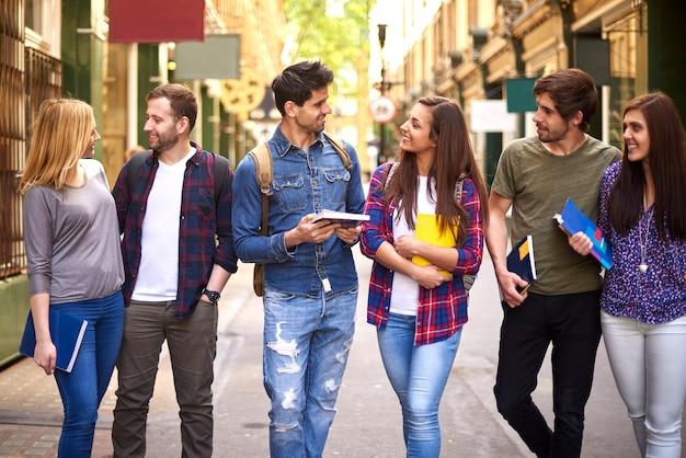 Группа друзей, говорящих о школе