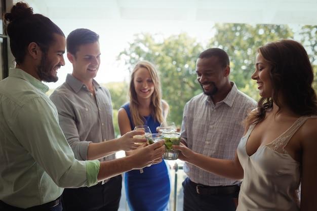 カクテルグラスを乾杯の友人のグループ