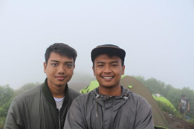 산에 올라가는 아름다운 친구들과 함께 푸른 언덕을 하이킹하는 친구 여행자들