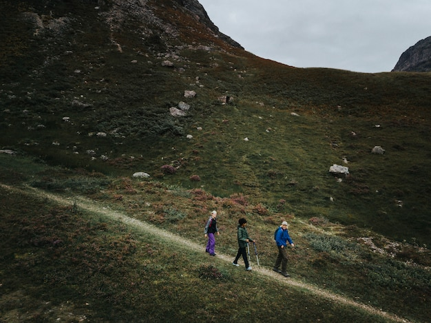 Glen etive、スコットランドでトレッキングの友人のグループ