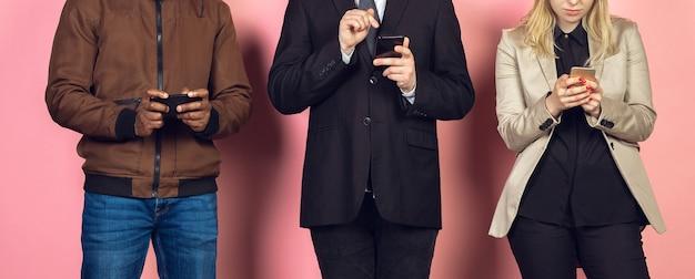 モバイルスマートフォンを使用している友人のグループ
