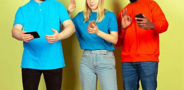 モバイルスマートフォンを使用している友達のグループ