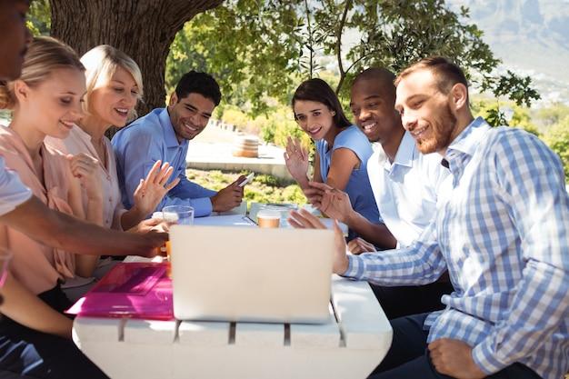 Группа друзей, видеочат на ноутбуке
